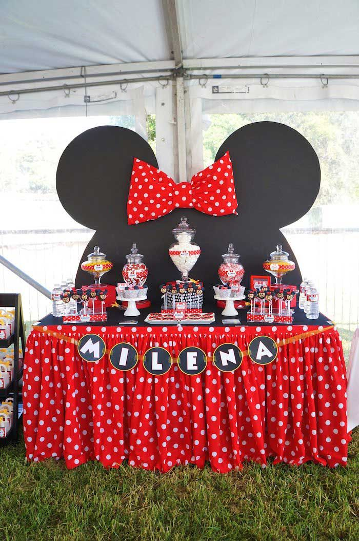minnie mouse themed birthday party table love love love the backdrop