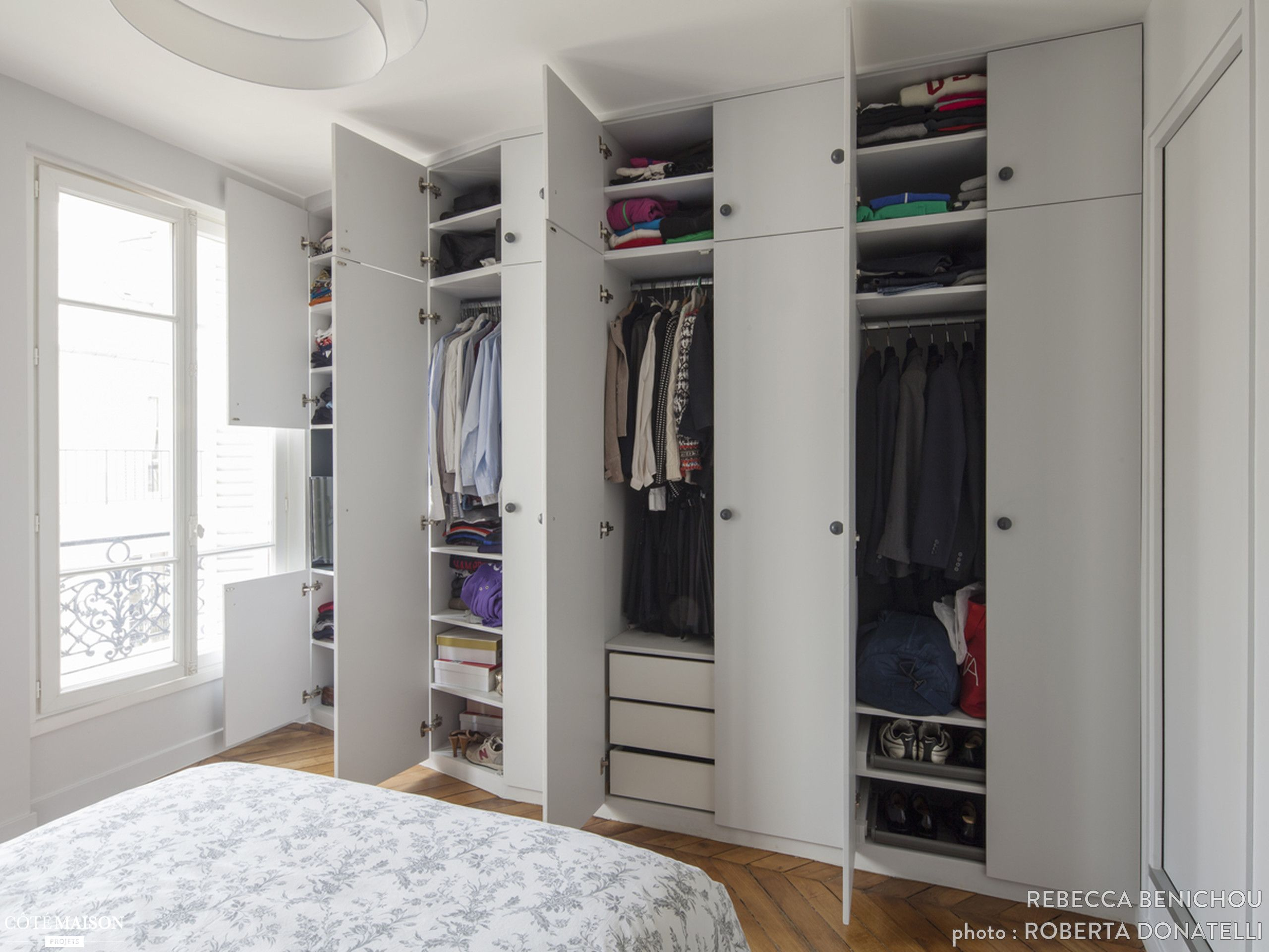 un dressing blanc fonctionel qui rentre dans une chambre dressing storage walk in closet. Black Bedroom Furniture Sets. Home Design Ideas