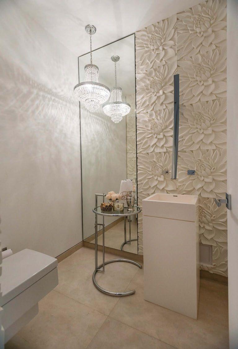 El baño social descubre un concepto propio, femenino y elegante, que armoniza con temas decorativos usados en otros espacios del apartamento, como las placas de cemento con motivo floral