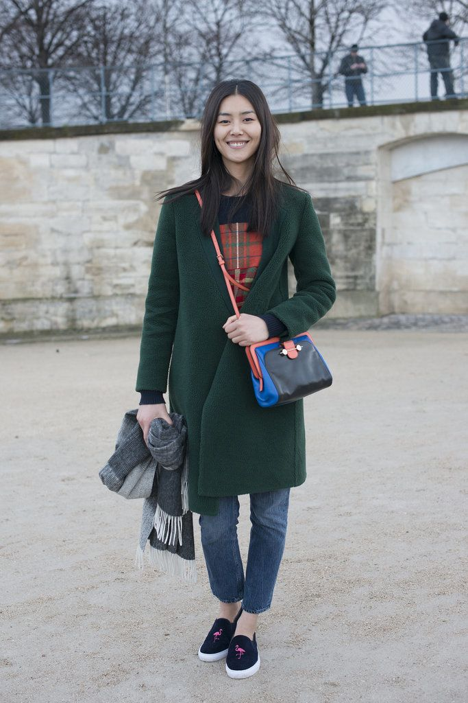 Liu Wen looked casual-cool in an outfit that felt totally relatable to the every girl. She wore loose jeans...