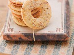Nussplätzchen ist ein Rezept mit frischen Zutaten aus der Kategorie Gebäck. Probieren Sie dieses und weitere Rezepte von EAT SMARTER!