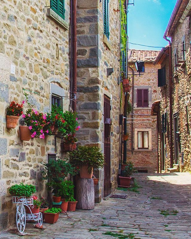 #cortona #tuscany #toscana #umbria #trasimeno #italia #italy #house #summer #picoftheday #photography #photooftheday #photo #photograph #photographylovers #agameoftones #ig_italia #ig_tuscany #ig_toscana #colorful #blue  #city #architecture #architettura #cityscape #photographer #photo #nikon #nikonphotography #nikonitalia #bluesky