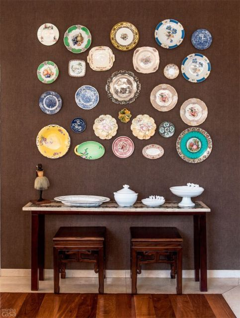 Parede marrom platos en la pared pinterest platos - Platos decorativos pared ...