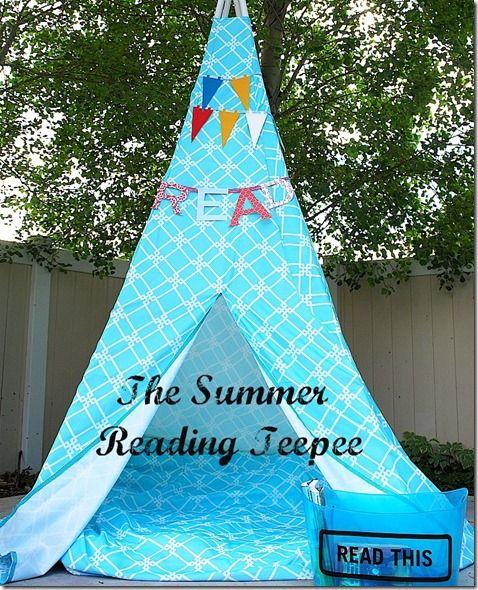 Un tipi azul cielo... Precioso rincón para leer en las tardes de verano...