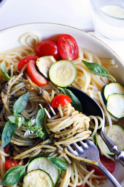 Schnelle Spaghetti mit Gemüse und Pesto aus Basilikum ...
