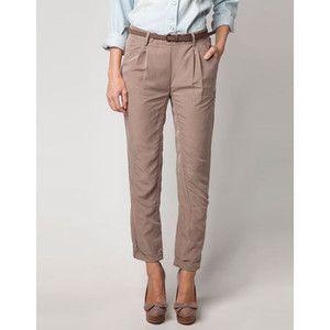 Se trata de los pantalones que llevo a la escuela. Es de color marrón y flojo. Se puede comprar en este Bershka.