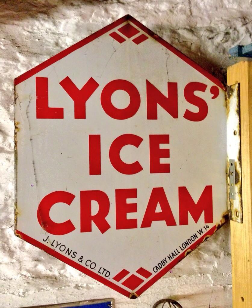 Rupert Blanchard on | Shop signs and Lyon