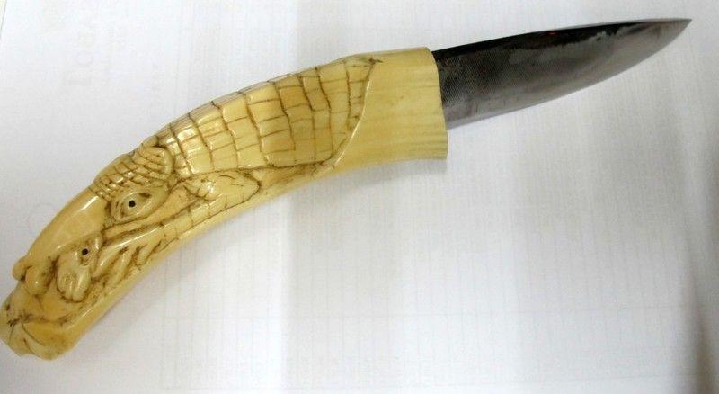 http://www.coutellerie-dieppoise.com/poignards-artisanaux-ivoire-p-4000.html