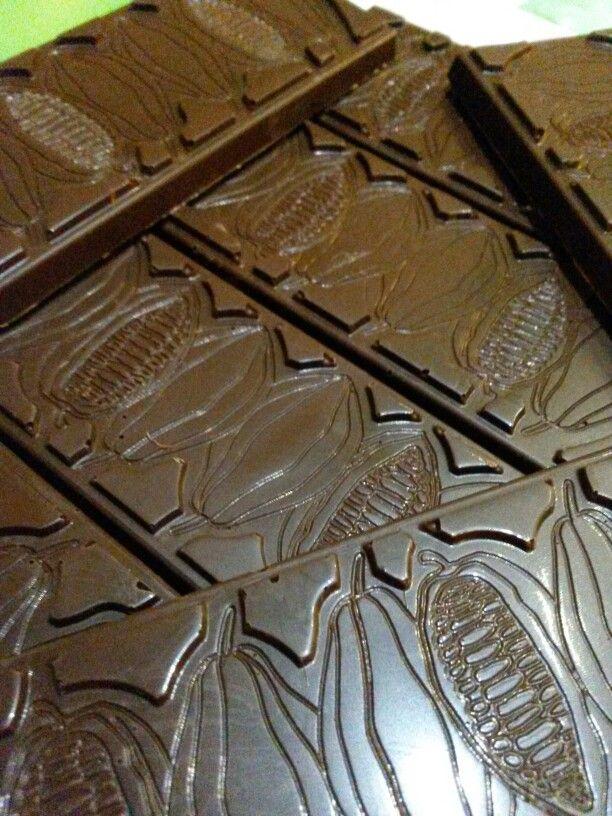 Barrette di cioccolato fondente di produzione propria utilizzando i migliori e selezionati cru monofase.