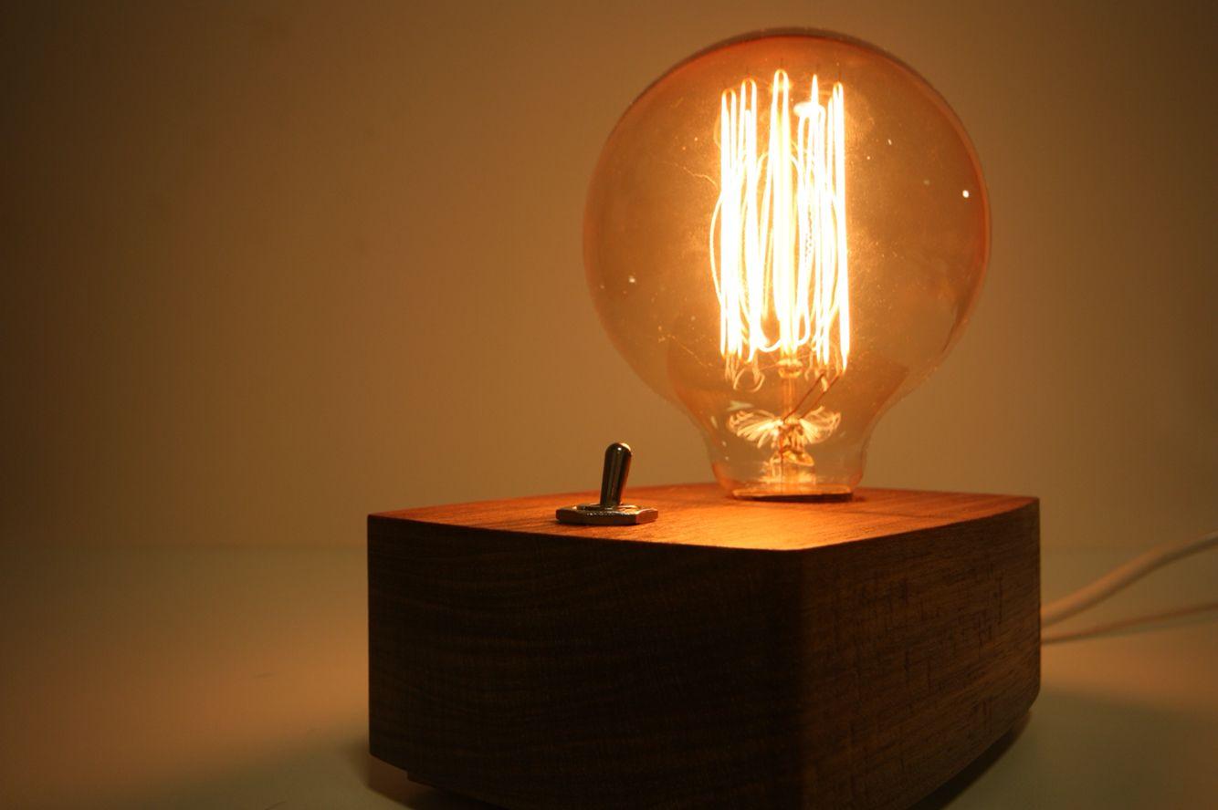 Detalhe da Luminária THED. A luz calma e amarelada que emana da lâmpada acalenta todo o ambiente ;)