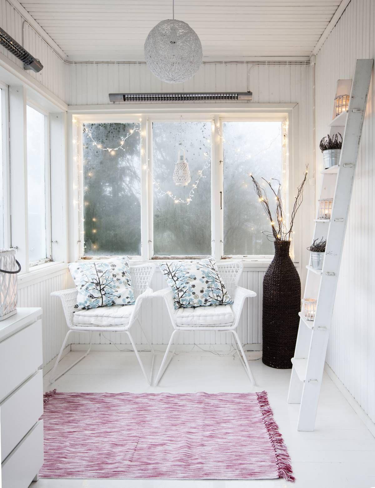 Kuistin tuolit ovat Ikeasta, tikkaat ja valaisin Kodin1:stä. – On tosi hienoa, että meillä on kuisti, jossa on alkuperäiset paneelit ja lautalattia, pariskunta iloitsee.