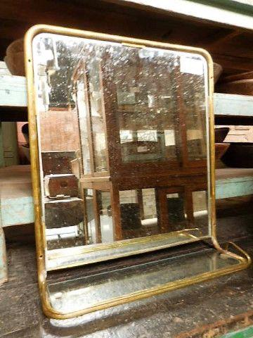 p>Antieke bronzen badkamer spiegel met planchet. De hoogte 61 cm en ...