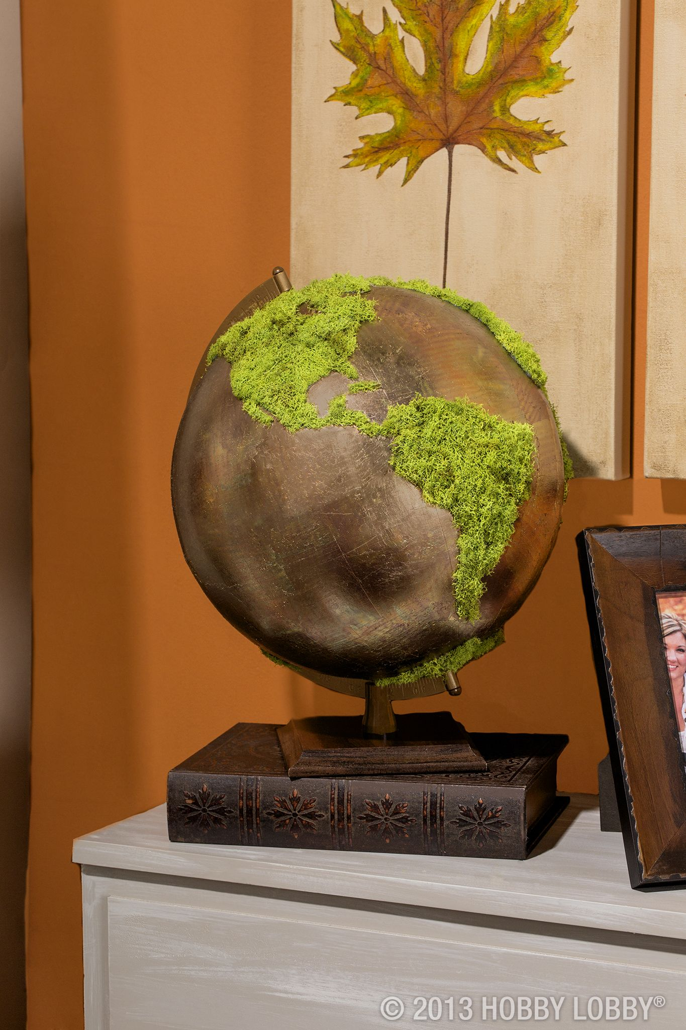 Ideas : We painted this basic globe a metallic hue then glued faux-moss over the continents for a trendy, upscale piece of table decor.