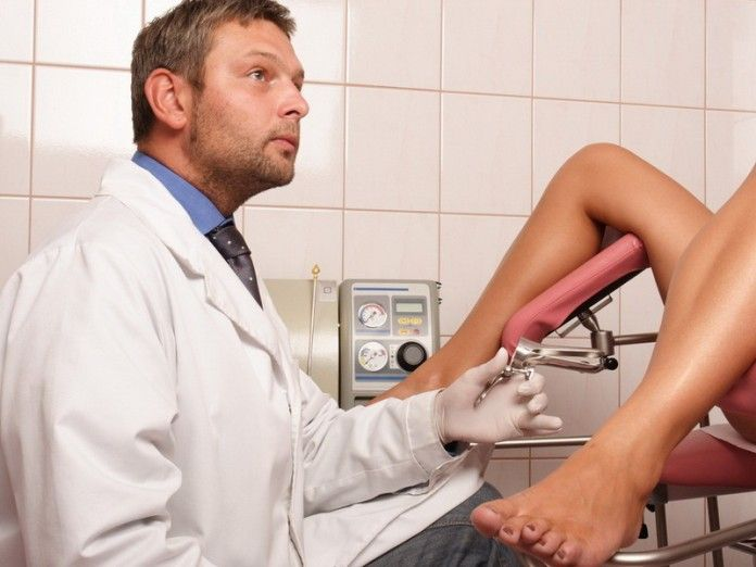 девушка у смешного гинеколога