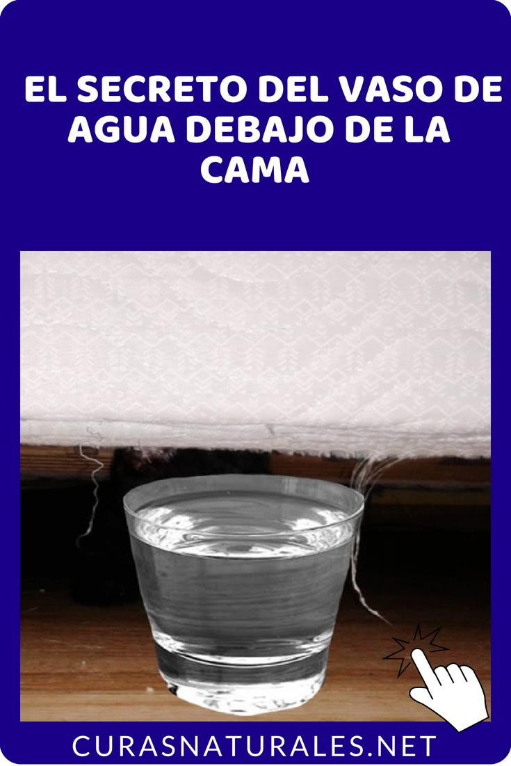 colocar un vaso con agua debajo de la cama