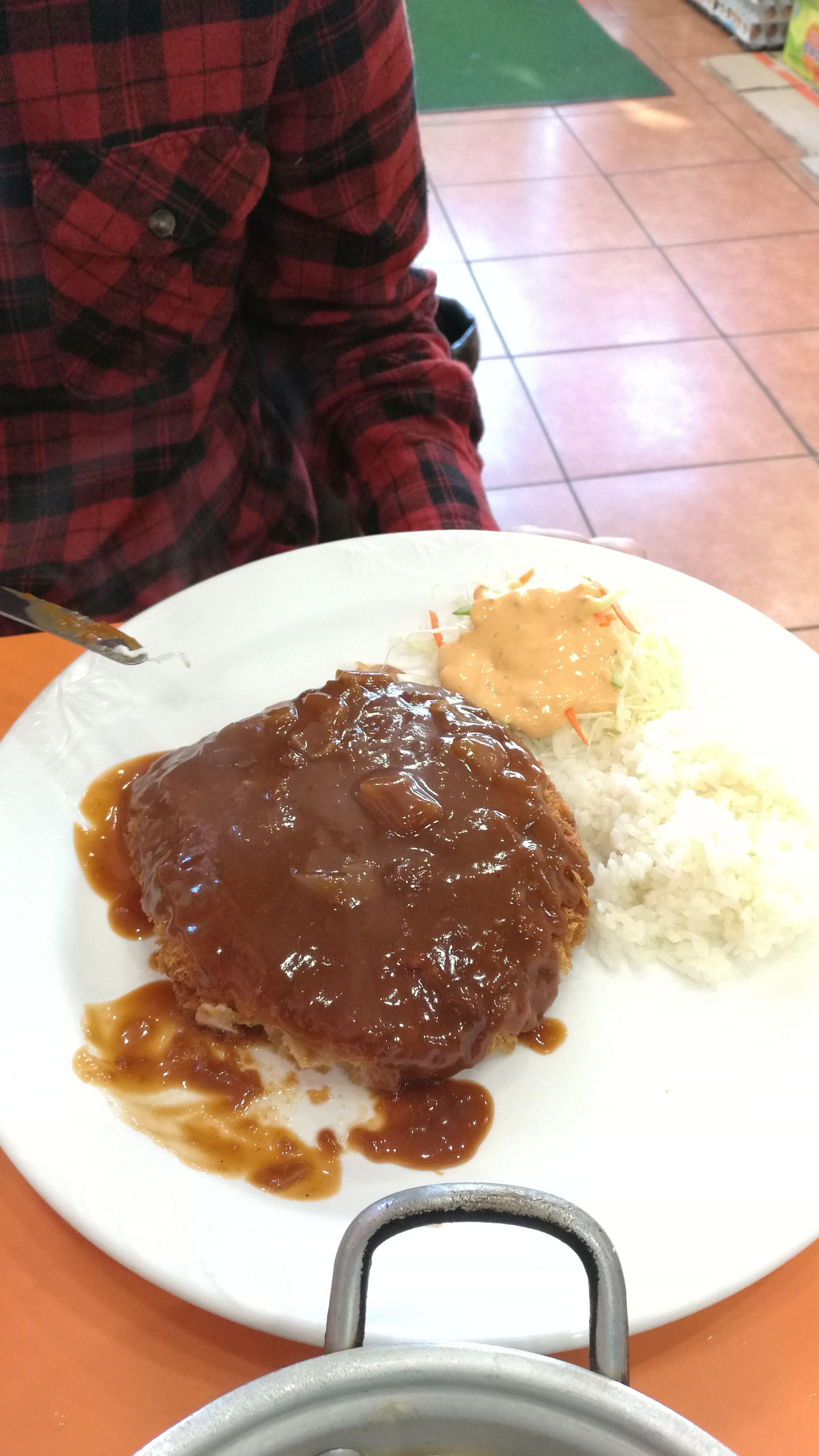 Comida pedida al azar sobre un menu completamente en coreano