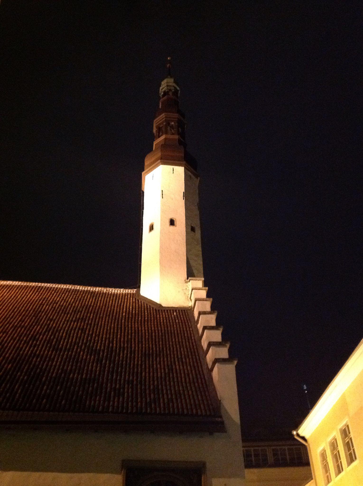 Pühavaimu Kirik ( Chiesa dello Spirito Santo) .Scorcio laterale della facciata con campanile. Nel medioevo cappella del municipio. Ricostruita nel 1375-80