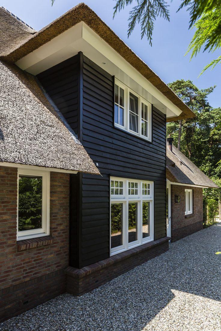 Villa met uitbouw van douglas hout glazen deuren pinterest hout appartementen en huizen - Huis architect hout ...