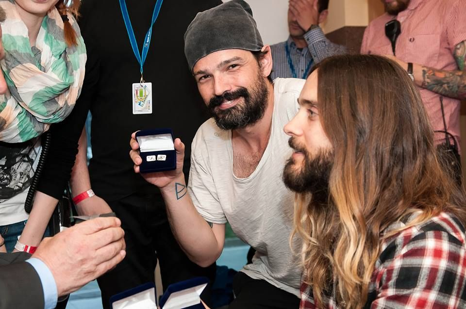 Even before the concert with Jared Leto and Tomo Milicevic met Adam Fudali, president of Rybnik. Musicians band 30 Seconds to Mars received from the president of small gifts, including cufflinks shirt and a silver brooch for mom Jared Leto and Shannon. - Via Dziennik Zachodni