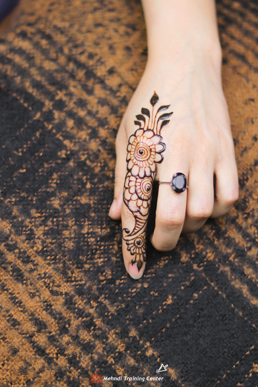 تصميم الحناء هذا للإصبع تصميم بسيط جميل للحناء تطبيق هذا الحناء بسهولة على يدك Mehndi Designs For Fingers Mehndi Designs Print Tattoos
