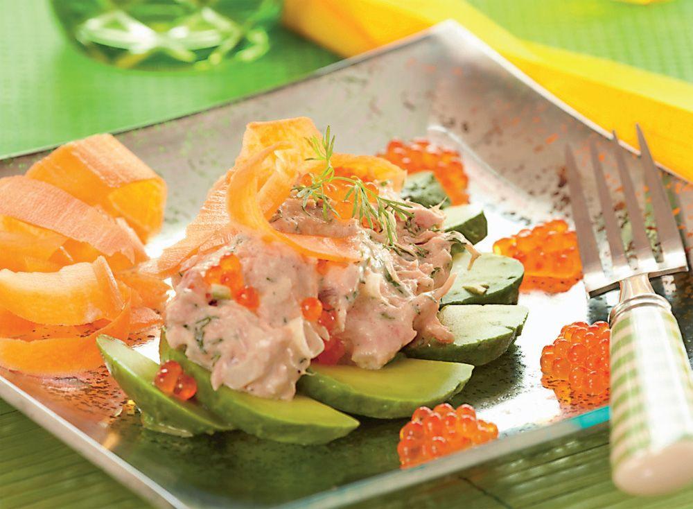 9f5a16e5114e Lækker og farverig LCHF-opskrift på avocado og laksesalat pyntet med  lakserogn og gulerod