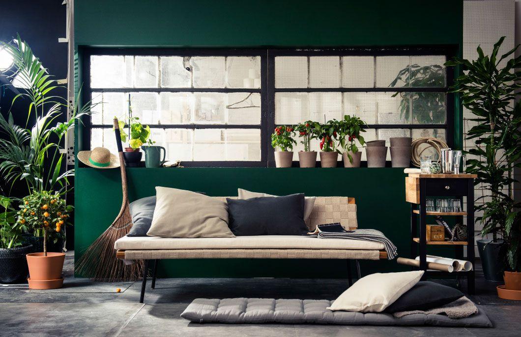 Den jordfarvede SINNERLIG sofa ser godt ud i en havestue med masser af planter og grønne detaljer.