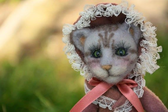 Art doll Lucretia the cat, needle felted anthropomorphic lady dressed in colonial style, she's an un #colonialdolldresses