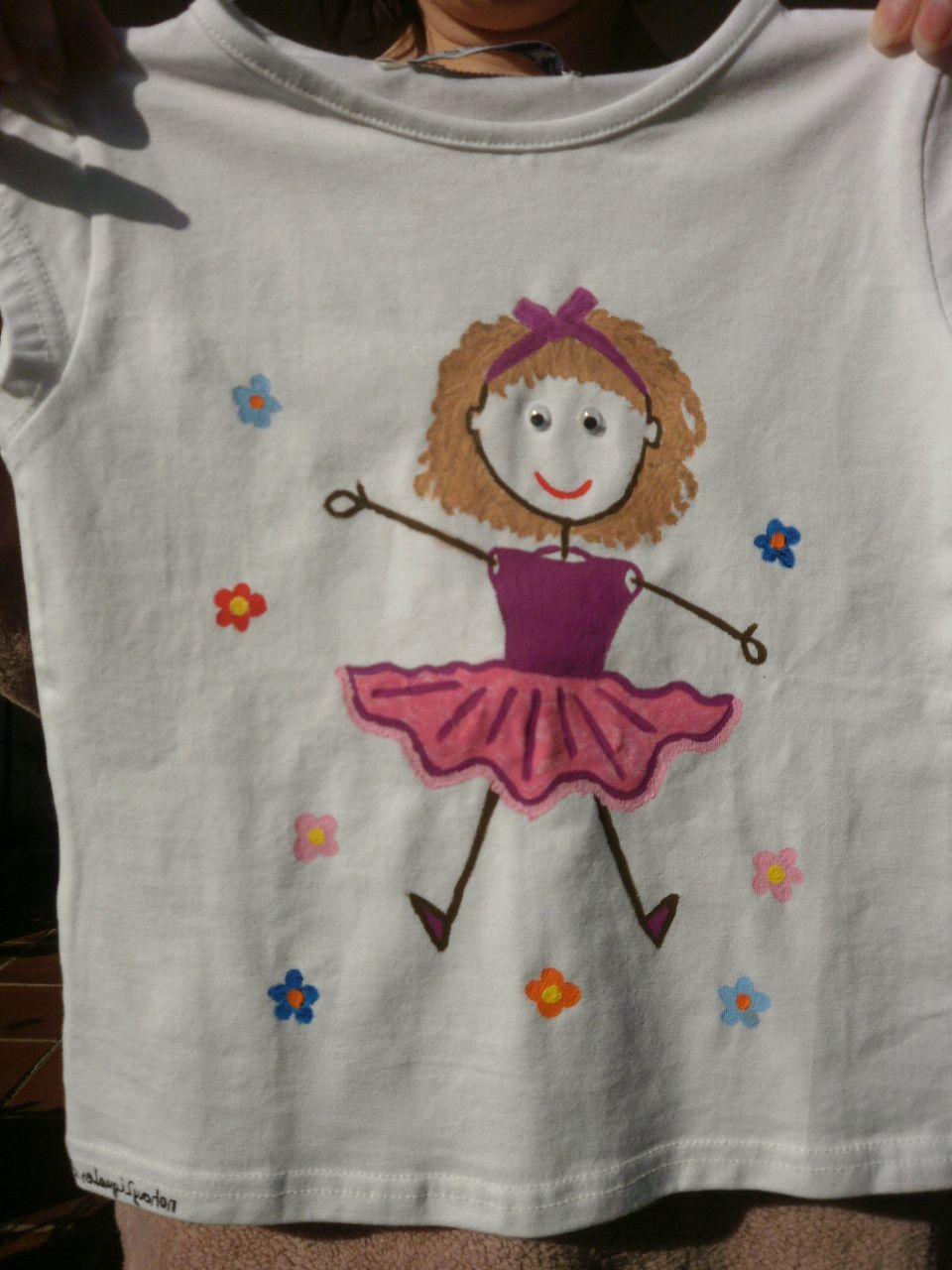 Camiseta muñeca palitos I. 12€. Si quieres cambiar algún detalle o añadir detalles nuevos, escríbenos a nohay2iguales@nohay2iguales.com y lo vemos.