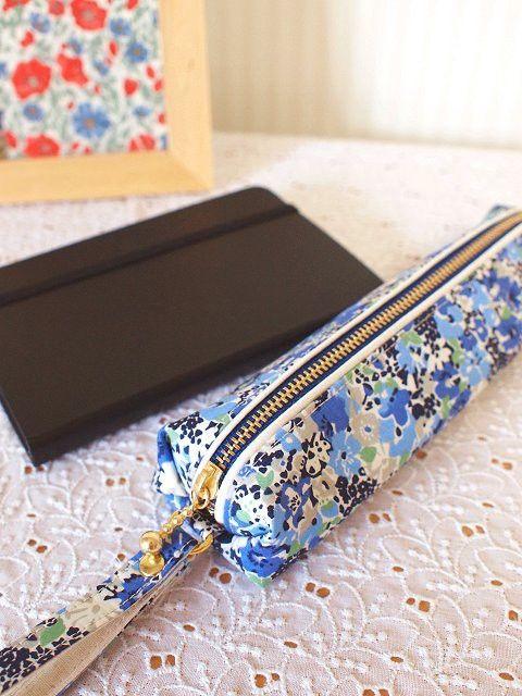 リバティのペンケース。ペンや小さめの定規など、コンパクトに収納できるサイズです。青色が美しいのLucy Locket(ルーシーロケット)にホワイトのラインを合... ハンドメイド、手作り、手仕事品の通販・販売・購入ならCreema。