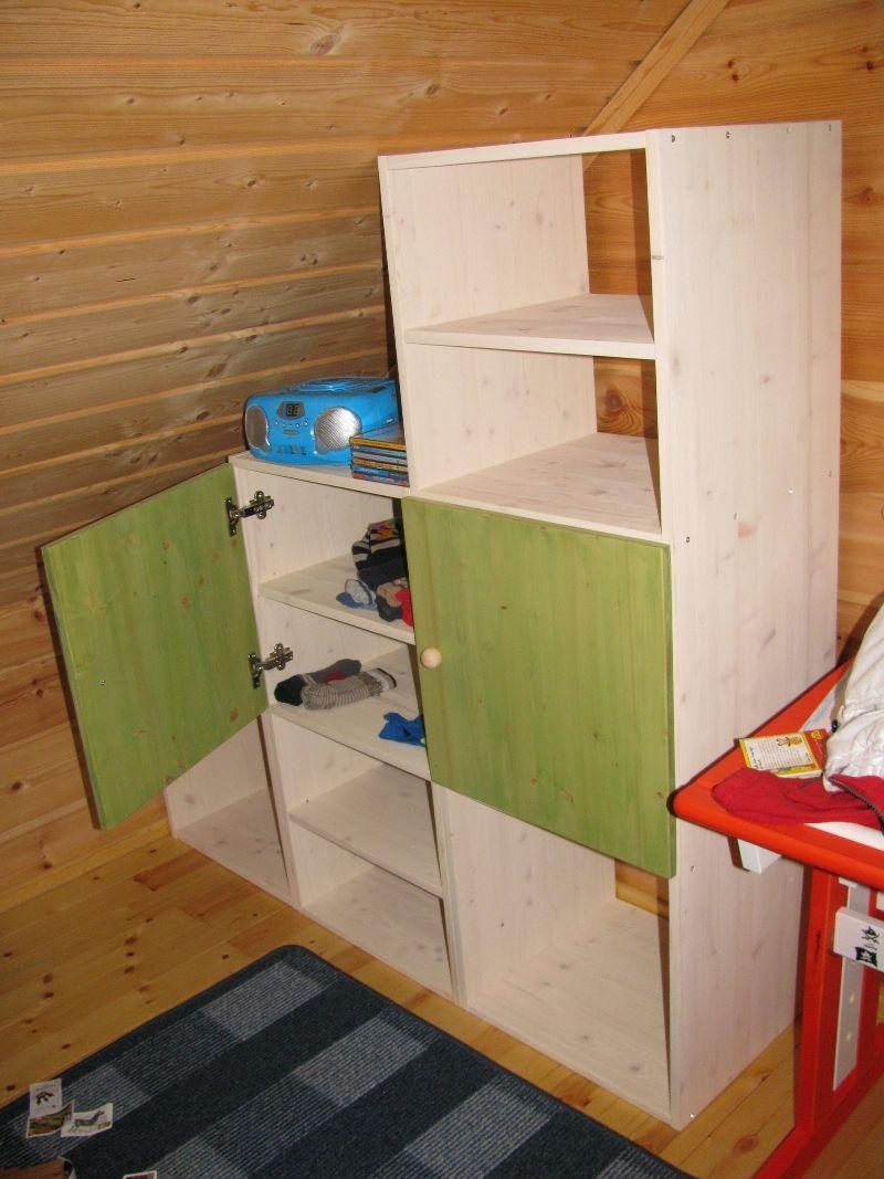 regal mit t ren in eine dachschr ge eingepasst. Black Bedroom Furniture Sets. Home Design Ideas