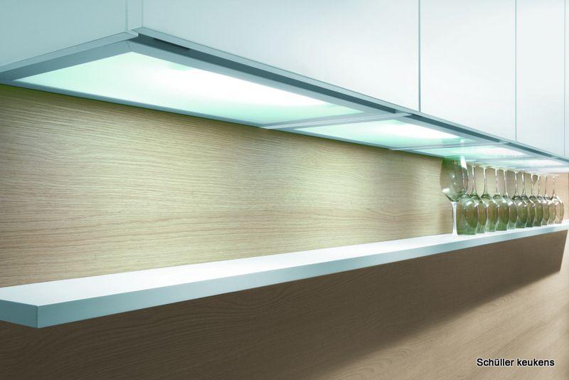sfeervolle verlichting onder de keukenkasten merk schller keukens