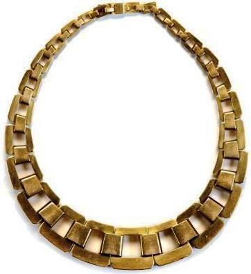 Aristide COLOTTE (1885-1959), bracelet articulé en or jaune 18K à maillons rectangulaires aux angles biseautés, réunis par des agrafes carénées. Signé à la pointe. Epoque Art Déco - Poids : 485,9 g. Hauteur : 3 cm. Largeur : 20 cm.
