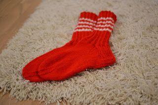 Punaiset perussukat. Satunnaisesti puikoilla - käsityöblogi. #neulonta