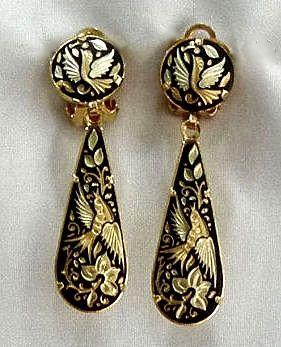 Damascene es un tipo de joyas en Espana. Es de oro y negro ...