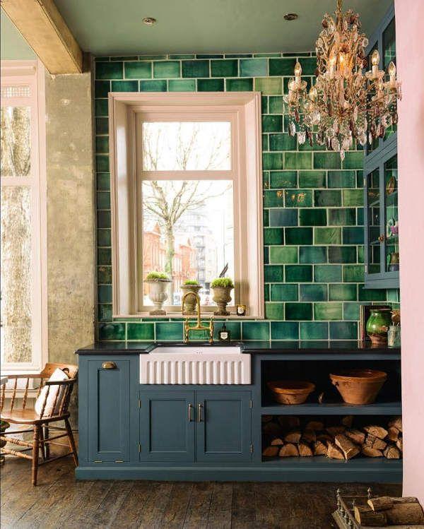 English Country Kitchen With Handmade Green Tiles Interieur Moderne De Cuisine Decoration Verte Cuisine Verte