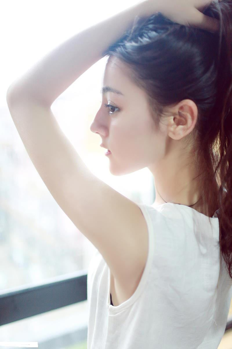 Sở hữu vẻ đẹp mỹ miều của các cô gái Tân Cương, Địch Lệ Nhiệt Ba hiện đang là nữ diễn viên trẻ nhiều triển vọng của điện ảnh Hoa ngữ.