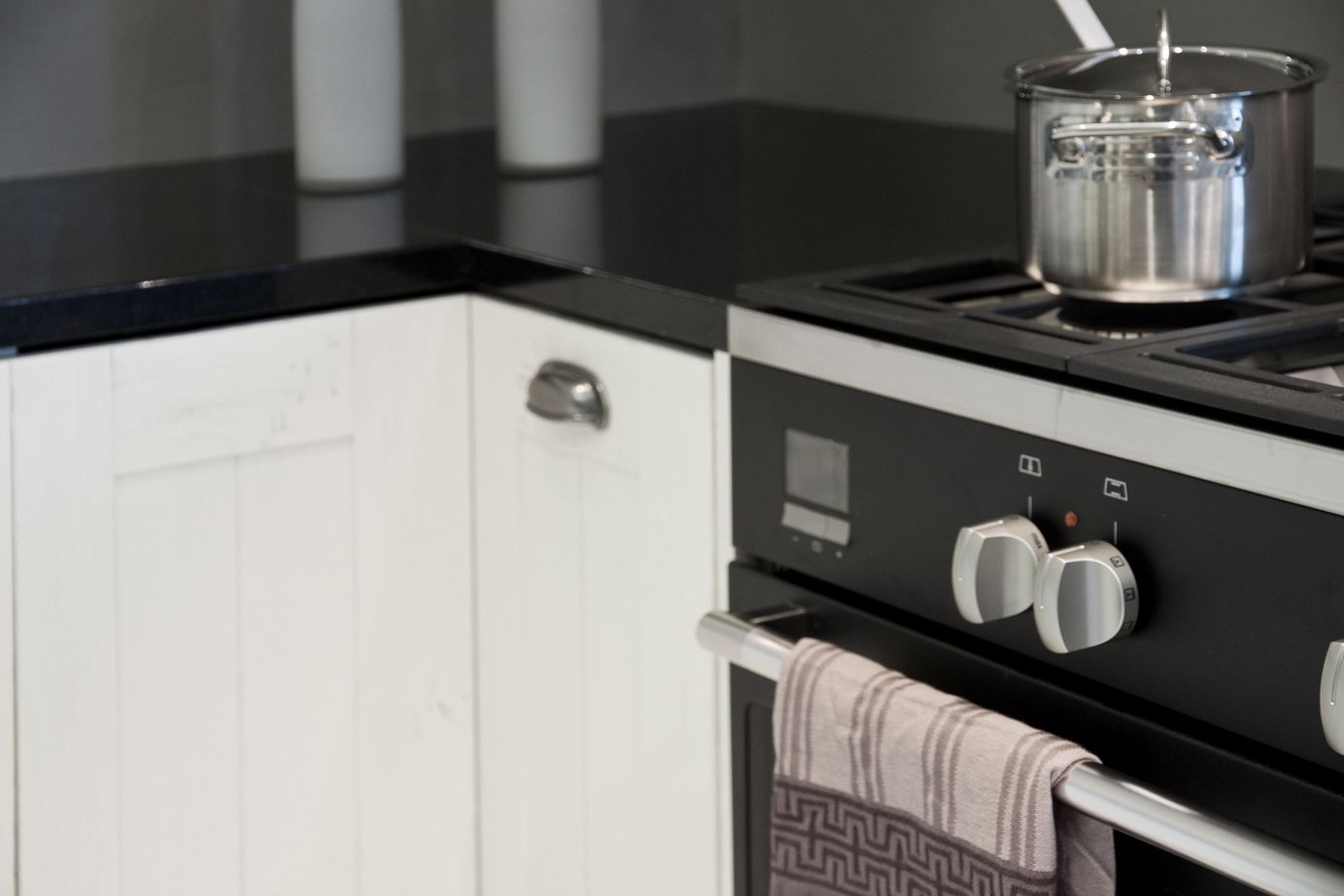 Stoere Keuken Wood : Moderne keuken met kast en stoere tafel jantien