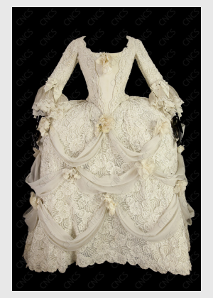 robe a paniers en satin blanc recouvert de tule brodé avec draperies de mousseline