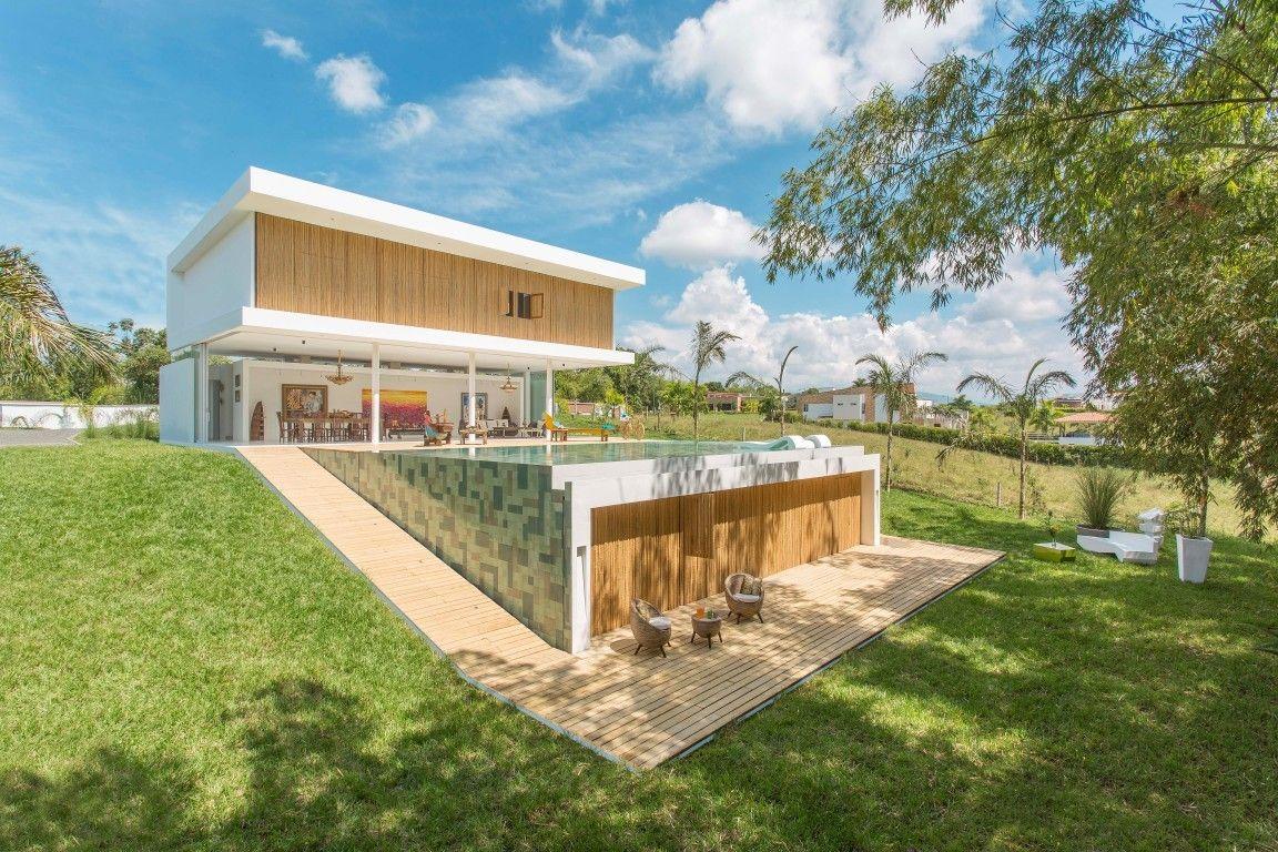 Artsy gallery house in colombia by gm arquitectos wave avenue casa en desnivel diseños
