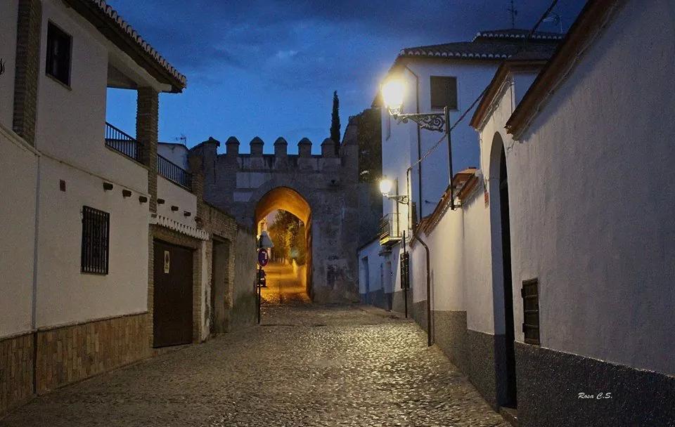 Albaicin de Granada. Calle de la Cruz de Piedra y Arco de Fajalauza.