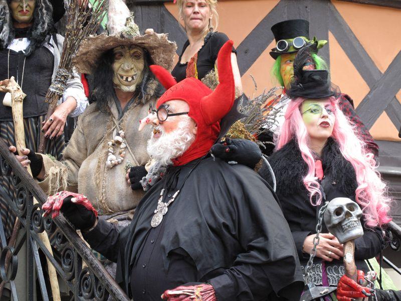 Düsselhexen und - teufel vor dem Rathaus in Wernigerode am 30. April - zur Walpurgisnacht.