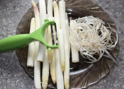 Zapekaná špargľa s mozzarellou a paradajkami