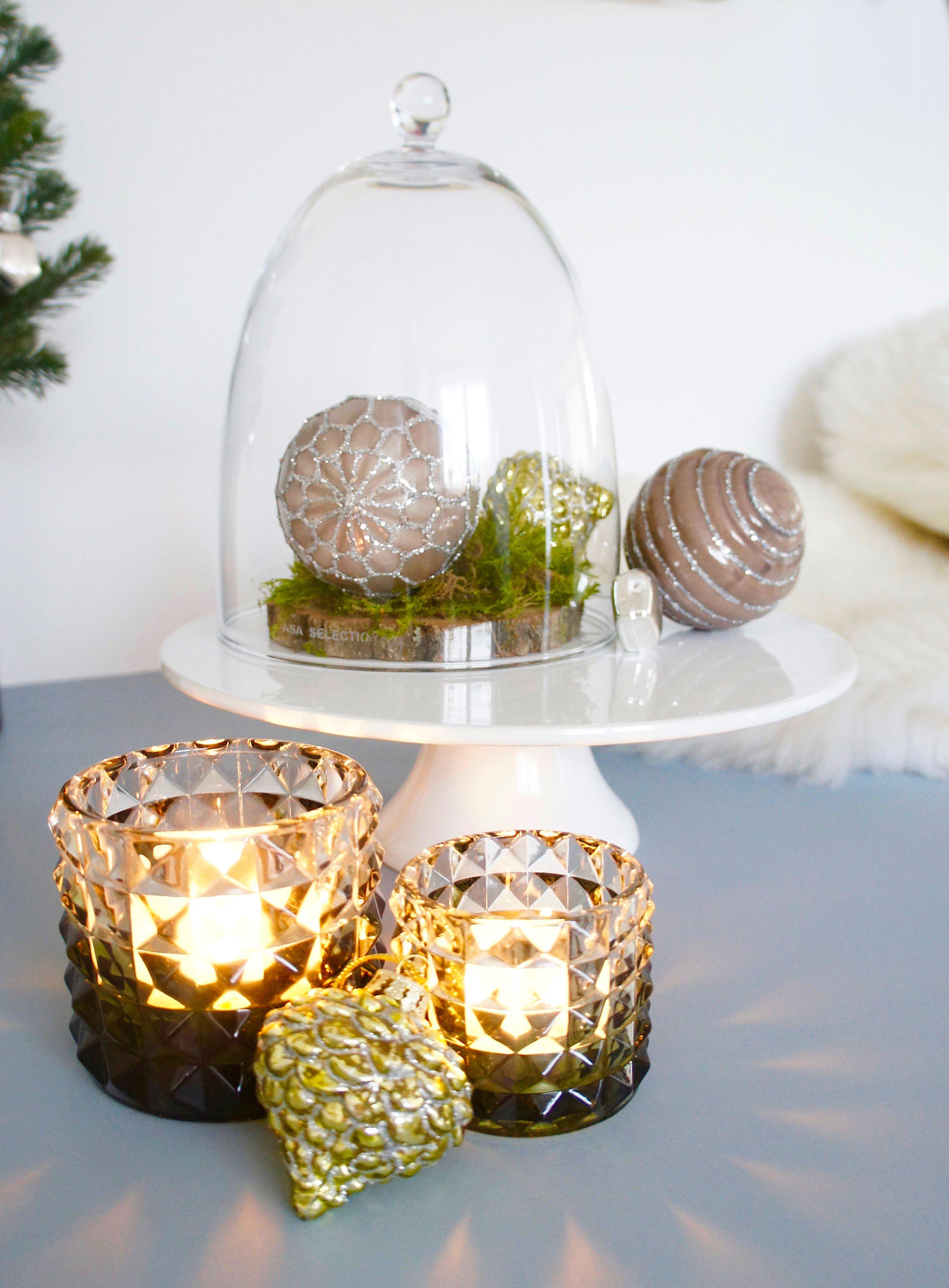 Einfache Weihnachtsdeko mit Windlichtern und grünen Christbaumkugeln