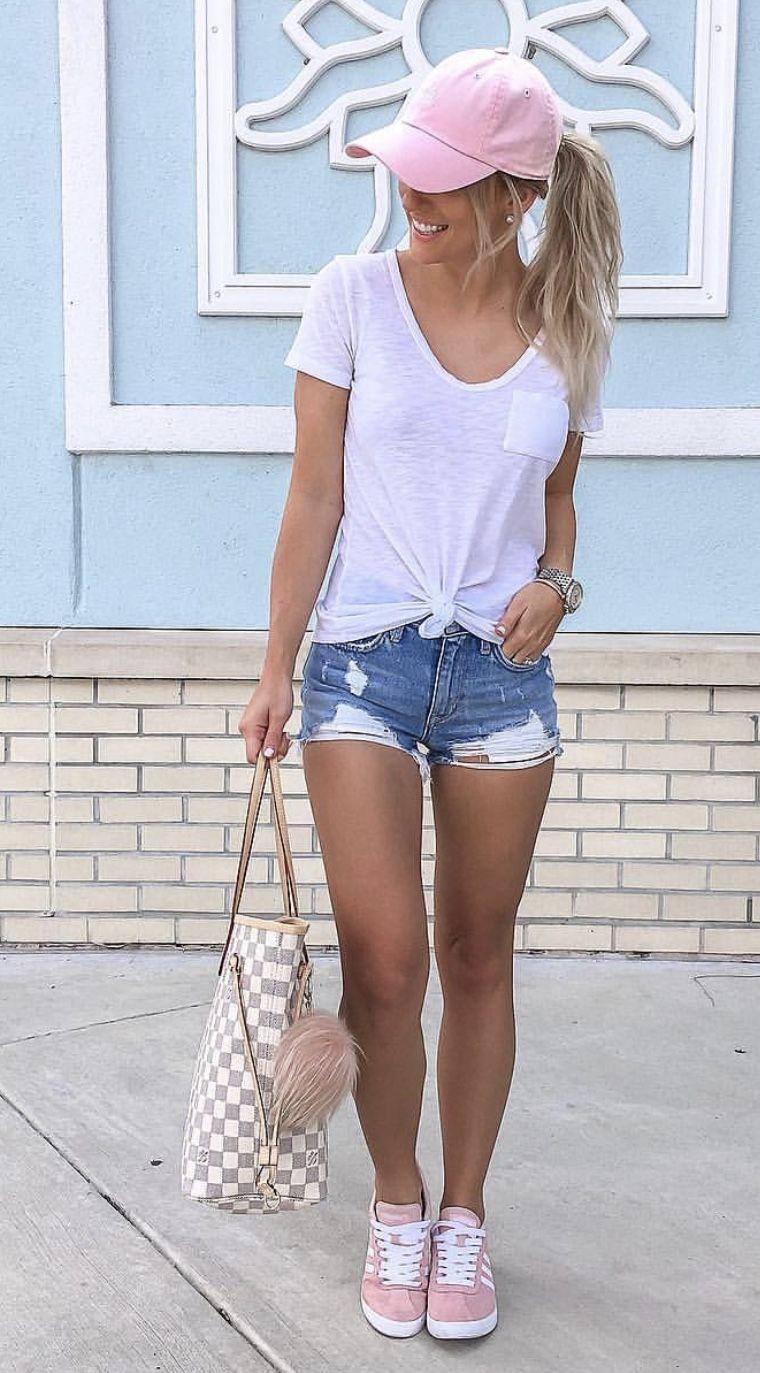 30e2d8903370 Look veraniego. Short, blusa blanca, gorra rosada y tenis rosado ...