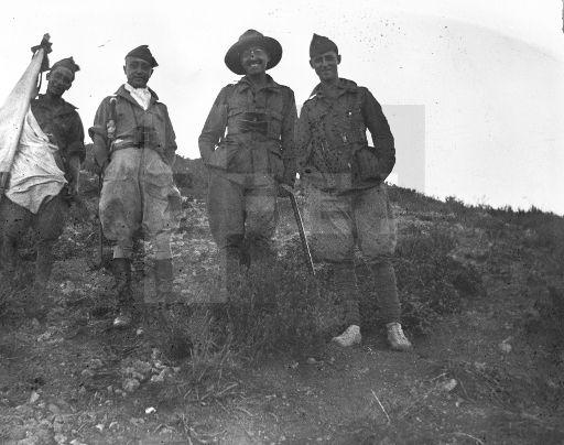 MARRUECOS GUERRA DE ÁFRICA, (sin fecha, hacia 1922-25): Un oficial y tres legionarios posan sonrientes durante las operaciones militares en el Protectorado español en Marruecos. EFE/jt