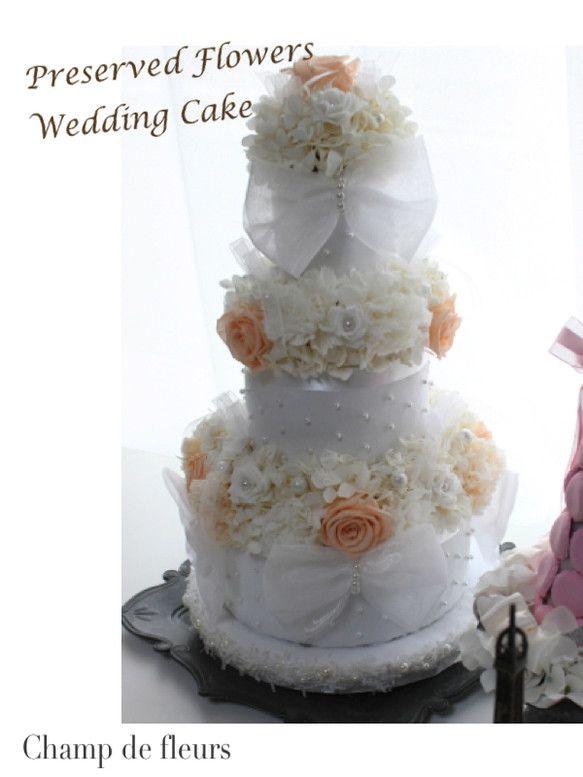 カルトナージュで作った光沢のある布地のウェディングケーキにたっぷりとお花とパール・おリボンをデコレーション♪結婚式の受付など、ウェルカムアイテムにぴったりです...|ハンドメイド、手作り、手仕事品の通販・販売・購入ならCreema。