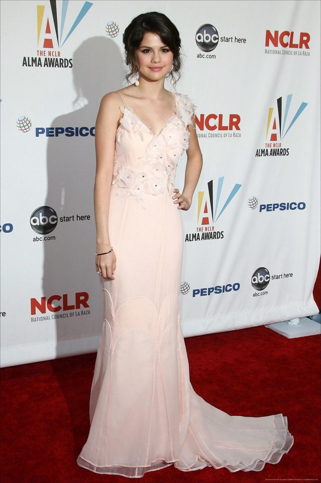 Selena Gomez y sus mejores vestidos de fiesta  d1fc78ba6058