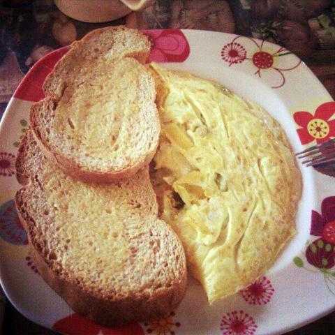 Breakfast in Boracay: pesto omelette with whole wheat bread