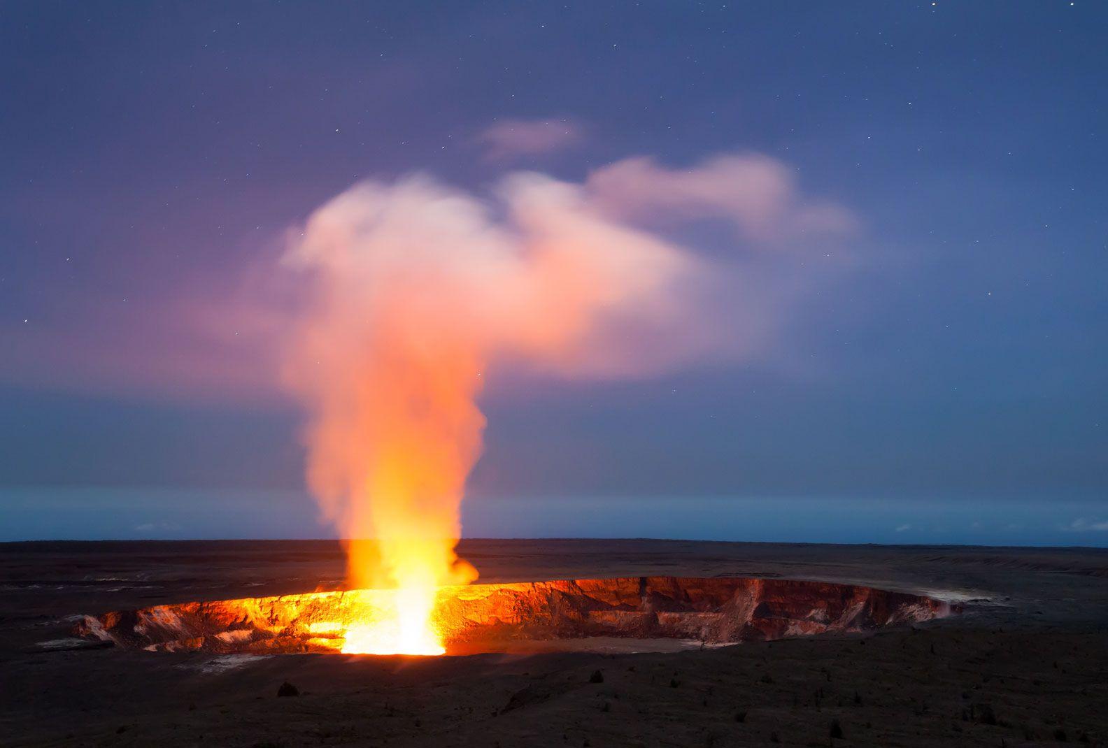 Veja de perto a lava em movimento  Havaí, EUA