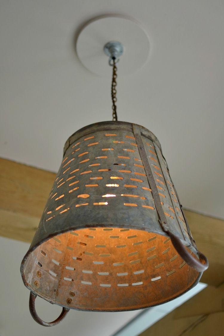 alten metallen eimer durchlöchern und als lampenschirm einsetzen